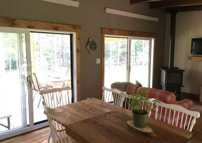 aire ouvert cuisine et salle a diner mini chalet (2)