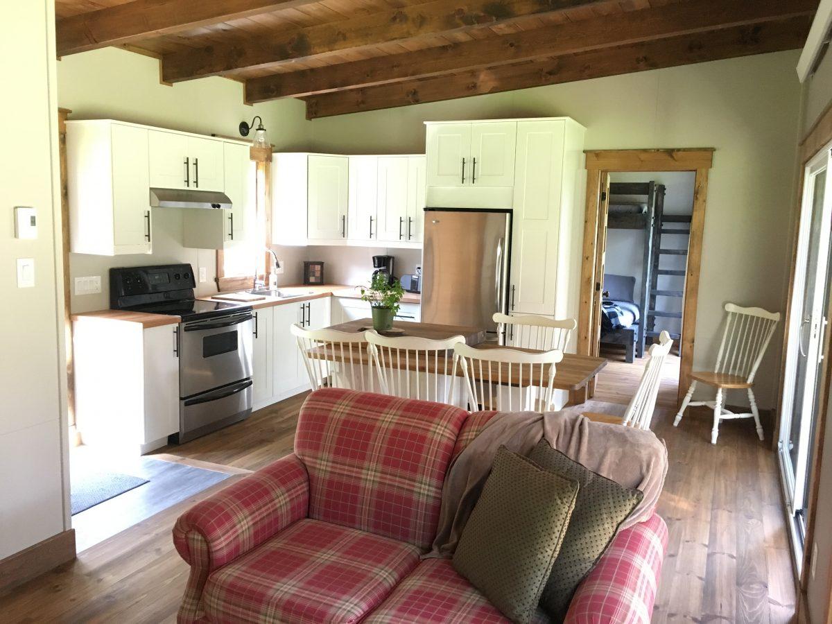 aire ouvert cuisine et salle a diner mini chalet